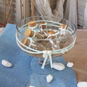 Γάμος με θαλασσινό θέμα, center piece με φυσική άμμο & μηνύματα σε μπουκαλάκια