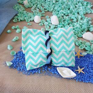 Μπομπονιέρες γάμου με θέμα θάλασσα: chevron γαλάζιος φάκελος δεμένος με κορδόνια