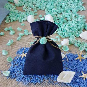 Μπομπονιέρες γάμου με θέμα θάλασσα: σκούρο μπλε πουγκί δεμένο με σπάγκο
