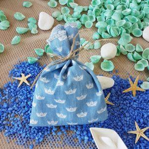 Μπομπονιέρες γάμου με θέμα θάλασσα: σιελ τυπώμενο πουγκί με καραβάκια δεμένο με φυσικό σπάγκο