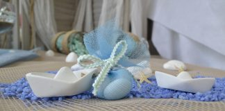 Μπομπονιέρες γάμου με θέμα θάλασσα: τούλινο πουγκί δεμένο σε λευκό πέτρινο καραβάκι