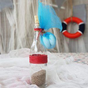 παιδικές μπομπονιέρες μπουκάλι γεμισμένο με άμμο και διακοσμημένο με κόκκινο κορδόνι