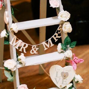 vintage στολισμός γάμου: ξύλινη ραφιέρα