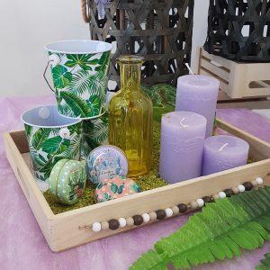 πρωτότυπος στολισμός γάμου, ξύλινος δίσκος με λιλά κεριά και πράσινα τσίγκινα κουβαδάκια