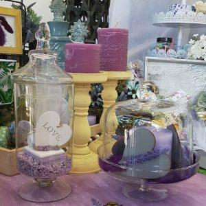 πρωτότυπος στολισμός γάμου, διακοσμητικές γυάλες με χρωματιστές πέτρες και διαφορα διακοσμητικά