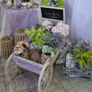 Πρωτότυπος στολισμός γάμου με συνθέσεις λουλουδιών μέσα σε ξ΄ύλινο καρότσι