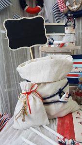 θέμα βάπτισης αγόρι ναυτικό center piece με τσουβαλάκι από λινάτσα και μαυροπινακάκι