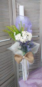 βάπτιση φλοράλ: μπομπονιέρα στολισμένη με τούλι, λιλά γάζα, λινάτσα και λουλούδια
