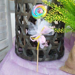 βάπτιση φλοράλ: μπομπονιέρα με γλυφιτζούρι και τα δεμένα κουφέτα πάνω του με χρωματιστή κορδέλα