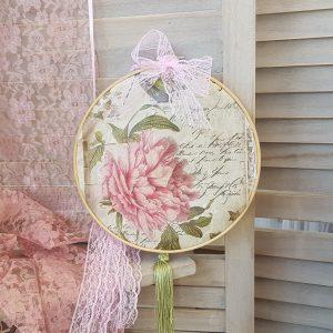 vintage diy διακοσμητικό με τελάρο κεντήματος και ρομαντικό ύφασμα