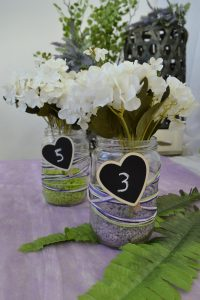 floral center piece για βάπτιση με μαυροπίνακα καρδιά