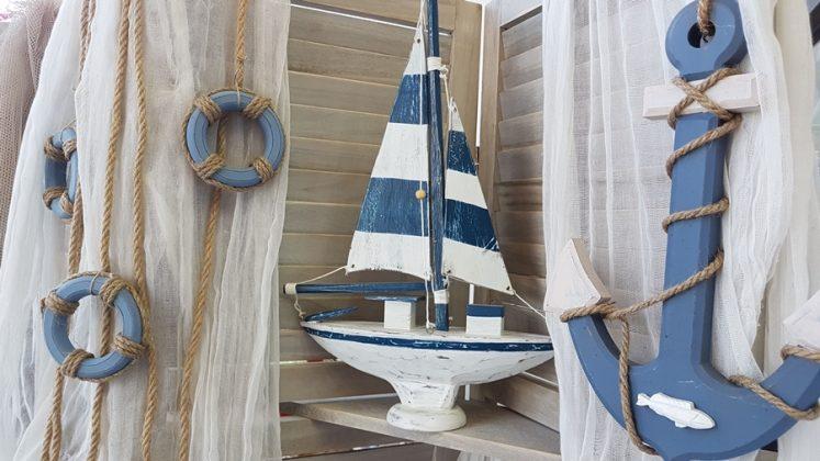 Καλοκαιρινή διακόσμηση με ξύλινο καράβι