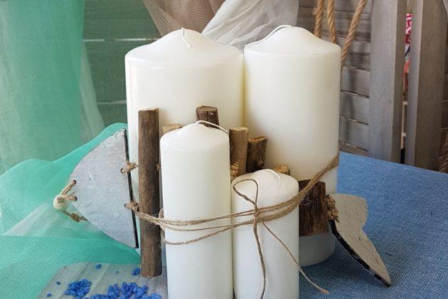 Καλοκαιρινή διακόσμηση με σύνθεση από λευκά κεριά και τυλιγμένα με σπάγκο