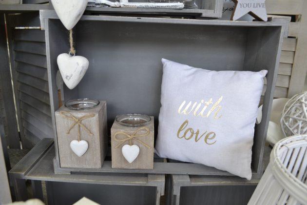 Κηροπήγια για ρεσώ στο χρώμα της άμμου & λευκό μαξιλάρι για καλοκαιρινή διακόσμηση