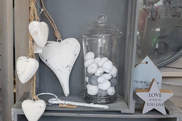 Γκρι καφάσι με λευκή ξύλινη καρδιά & γυάλα γεμισμένη με πέτρες για καλοκαιρινή διακόσμηση