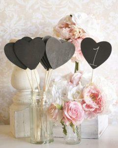 Μαυροπίνακας καρδιά για ρομαντικό γάμο, μέσα σε γυάλινο βάζο μαζί με πεονιες