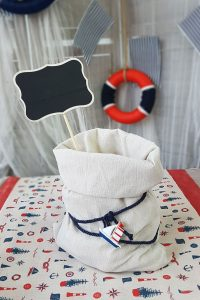 Center piece για ναυτική βάπτιση με σακί λινάτσας, μπλε σχοινί και μαυροπίνακα