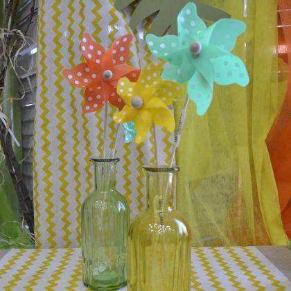baby shower διακόσμηση, μπουκάλια χρωμάτιστα με ανεμόμυλους διακοσμητικούς