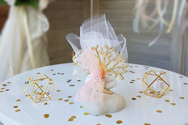 μπομπονιέρα με χρυσό δεντράκι και ροζ τούλι