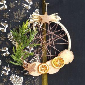 διακοσμητικά χειροποίητα στεφάνια: Ρουστίκ Χριστουγεννια΄τικο στεφάνι με τελάρο κεντήματος και φυσικά υλικά διακόσμησης