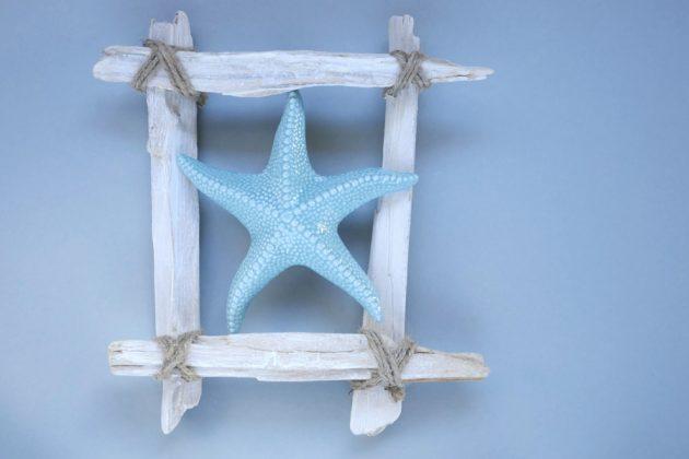 diy κορνίζα με λευκά θαλασσόξυλα, σπάγκο και γαλάζιο αστερία