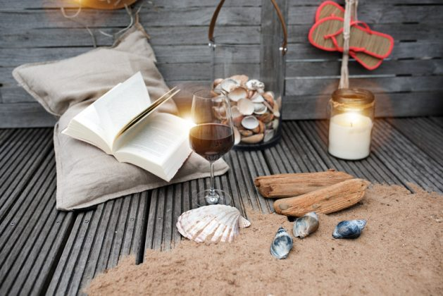 Διακοσμητική σύνθεση για το μπαλκόνι με κοχύλια, άμμο και γυαλινο βάζο με φυσικά κοχύλια