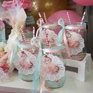 γυαλινα βαζάκια με diy διακόσμηση. Στολισμένα με δαντέλες, vintage σουβέρ και ξύλινους κύκνους