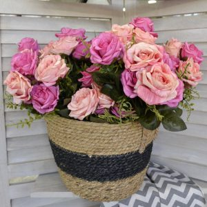 ψάθινο καλάθι με χρωματιστά τριαντάφυλλα