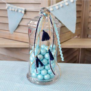 γυάλα με χρωματιστά κουφέτα και μπλε με σιέλ κορδέλες