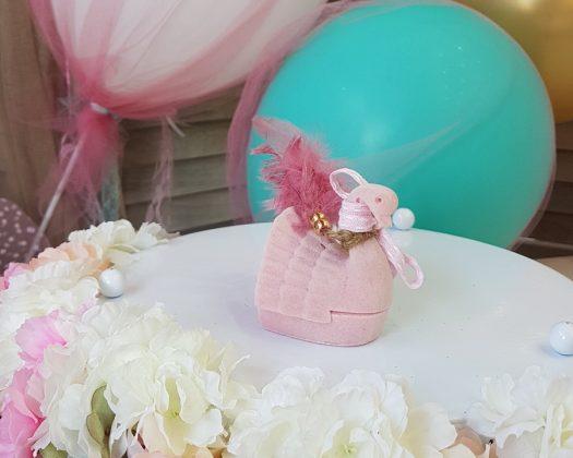 ροζ κουτί κύκνος με σκούρα ροζ πούπουλα