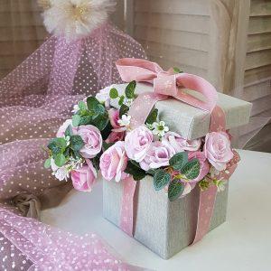 γκρι κουτί γεμισμένο με λουλούδια