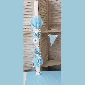 λαμπάδα βάπτισης για αγόρι στολισμένη με γαλάζιο πουά ύφασμα και κορδέλες