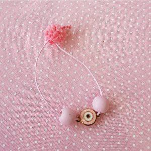μαρτυρικό βραχιολάκι από ροζ κορδόνι με ροζ χάντρες και ροζ μεταλλικό μάτι