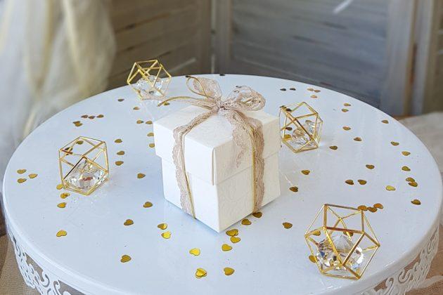 μπομπονιέρα λευκό κουτάκια με μπεζ δαντέλα και χρυσό κορδόνι