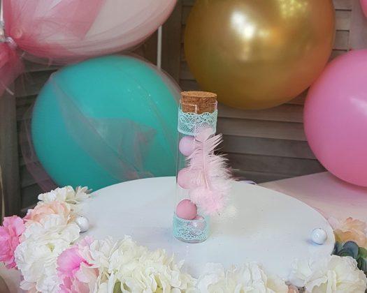 μπομπονιέρα γυάλινος σωλήνας με βεραμάν δαντέλα και ροζ πούπουλο