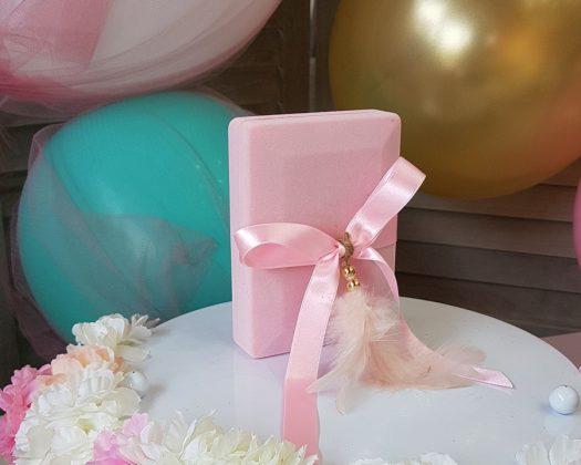 ροζ κουτί με ροζ σατέν κορδέλα