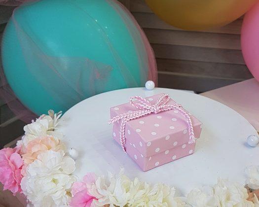 ροζ πουά κουτί με κορδέλα ψαροκόκκαλο
