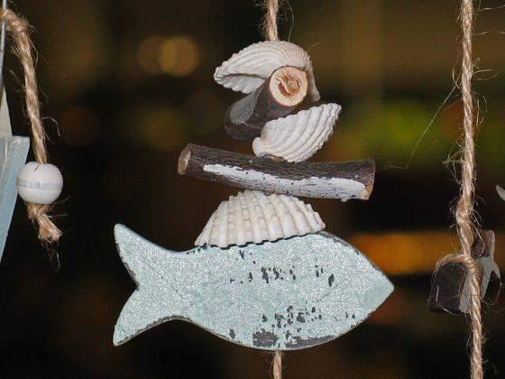 Κρεμαστή διακοσμητική σύνθεση με ξύλινο ψαράκι, κοχύλια και θαλασσόξυλα