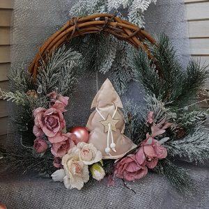Χριστουγεννιάτικο στεφάνι σε ροζ αποχρώσεις με υφασμάτινα διακοσμητικά και κλαδιά