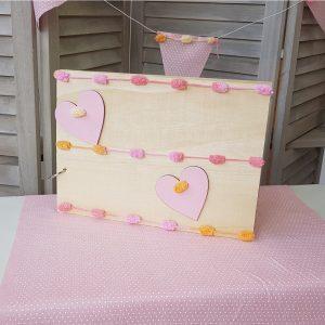 Ξύλινο βιβλίο ευχών διακοσμημένο με ροζ καρδιές και ροζ-πορτοκαλί κορδόνι