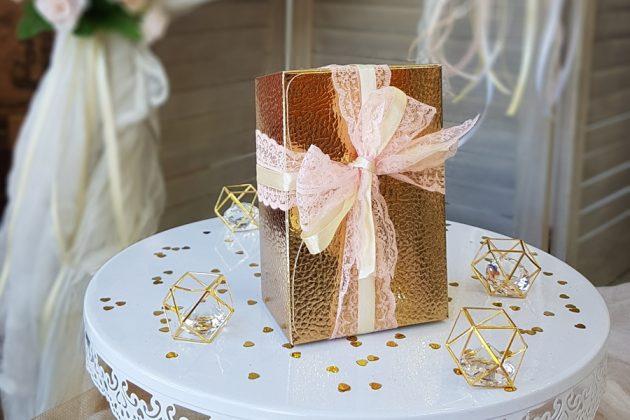 μπρονζέ-χρυσό κουτί για μπομπονιέρα με ροζ δαντέλα