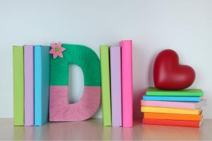 Ξύλινα γράμματα διακοσμημένα με πολύχρωμες κλωστές