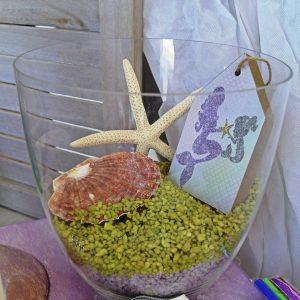 Γυάλα με πετραδάκια, κοχύλια και ξύλινο σπιτάκι γοργόνα