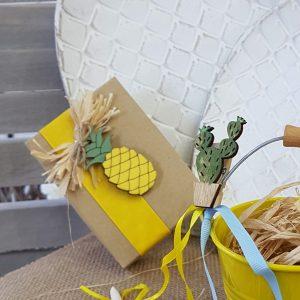 Χαρτινο κουτί με κίτρινη κορδέλα και ξύλινο διακοσμητικό ανανά
