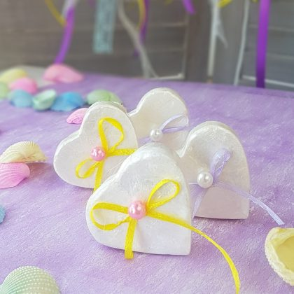 Κουτάκι καρδιά με πολύχρωμες κορδέλες και περλίτσες