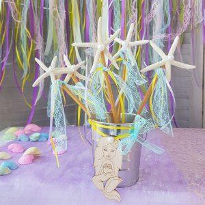 DIY διακοσμητική σύνθεση για πάρτυ γοργόνα με τσίγκινο κουβαδάκι, αστερίες και ξύλινη γοργόνα.