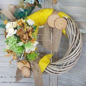 Χειροποίητο φθινοπωρινό στεφάνι σε κίτρινες αποχρώσεις