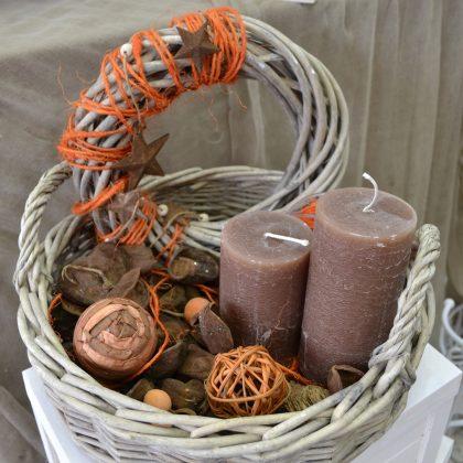 σύνθεση φθινοπωρινή σε καλάθι με κεριά, στεφάνι, αι άλλα αποξηραμένα διακοσμητικά