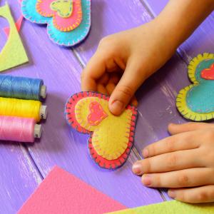 εύκολες κατασκευές για παιδιά: καρδιά από τσόχια