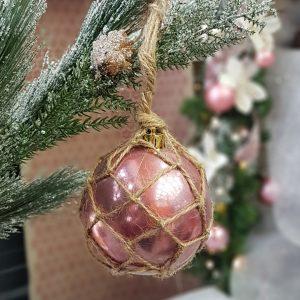 χριστουγεννιάτικες μπάλες χειροποίητες: ιδέα με ρόζ μπάλα και σπάγκο